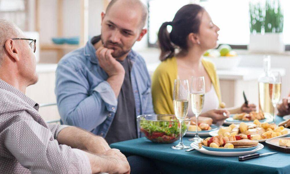 conversation-grand-pere-autour-d-un-repas